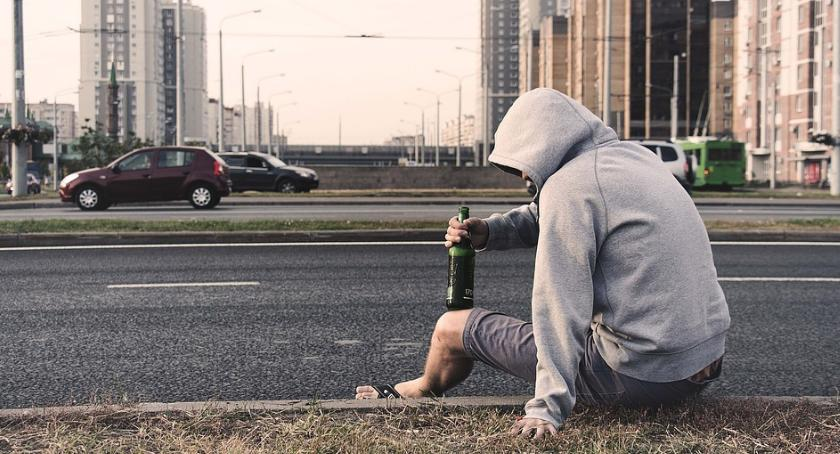 Bezpieczeństwo, dość pijany spał przystanku Polsce przebywa nielegalnie - zdjęcie, fotografia