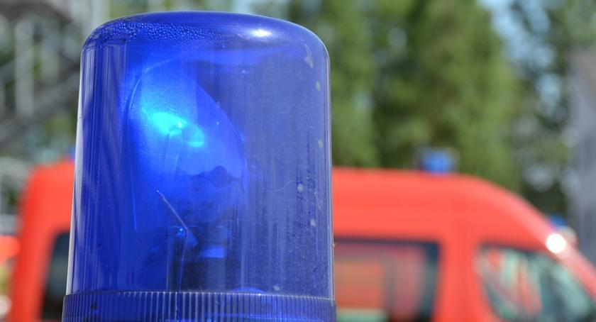 Ludzie, Kobieta zemdlała ulicy strażnicy miejscy udzielili pomocy - zdjęcie, fotografia