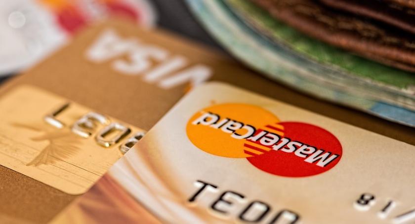 Skradzione karty bankomatowe.