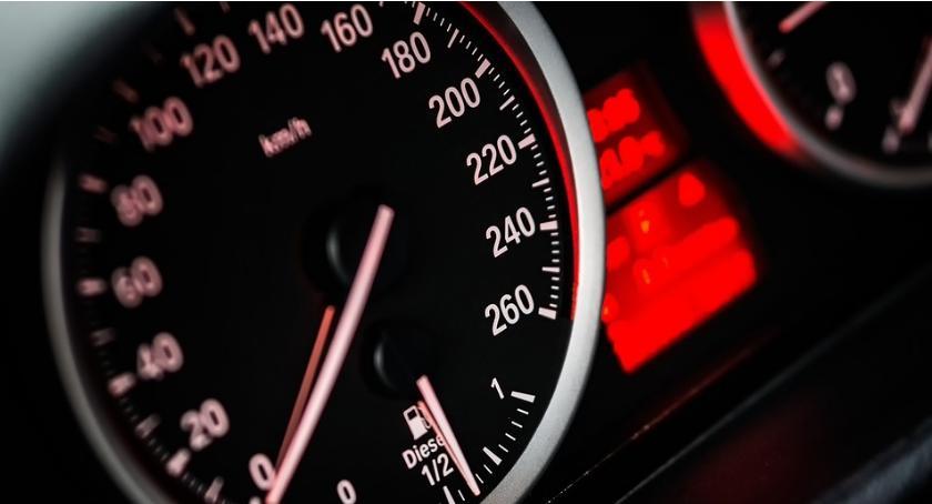 Prędkościomierz samochodowy jest bardzo przydatnym narzędziem.