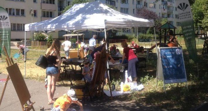 Dzieci, Zabawy Latobokiem letnim podwórku lipca) - zdjęcie, fotografia