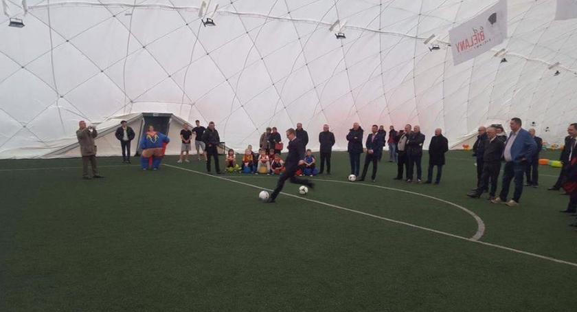 Piłka nożna, pneumatyczna boiskiem Parku Olszyna - zdjęcie, fotografia