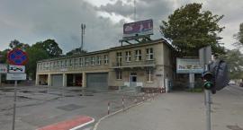 Zieleń i krzewy przy budynku straży?