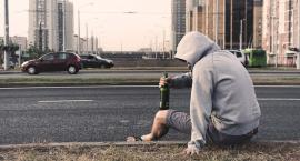 Nie dość że pijany spał na przystanku to w Polsce przebywa nielegalnie