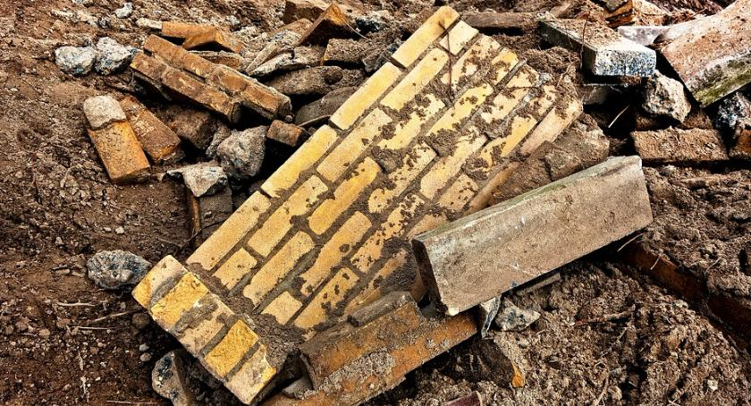 Bezpieczeństwo, Zawaliła ściana kamienicy Radzymińskiej - zdjęcie, fotografia