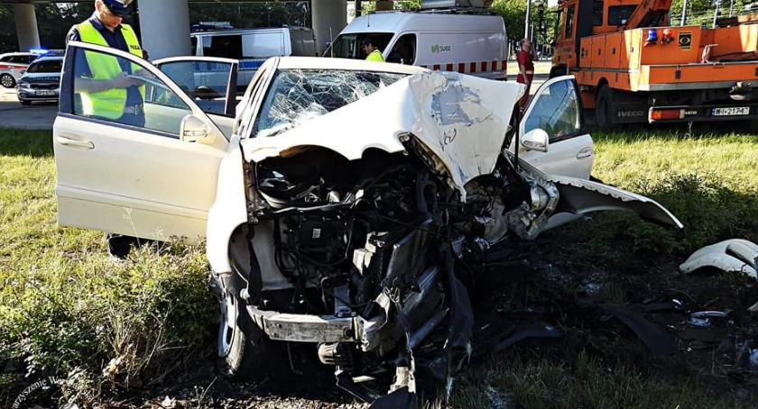 Bezpieczeństwo, osób aucie bagażniku Mercedes rozbił latarni [ZDJĘCIA] - zdjęcie, fotografia