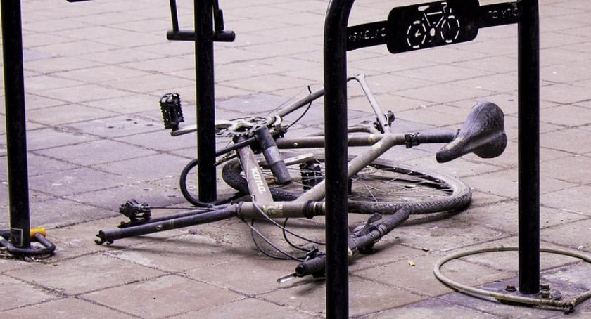 Bezpieczeństwo, Młody rowerzysta potracony ulicy Ratuszowej - zdjęcie, fotografia