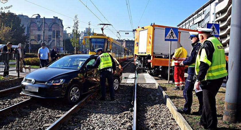 Bezpieczeństwo, Kijowska zderzenie samochodu tramwajem [ZDJĘCIA] - zdjęcie, fotografia
