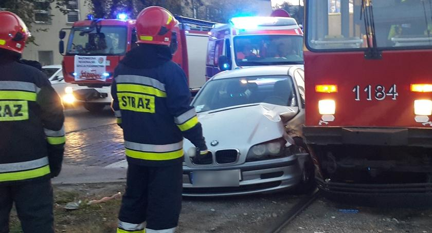 Bezpieczeństwo, Kolejne zderzenie samochodu tramwajem Kijowskiej Straż publikuje zdjęcia - zdjęcie, fotografia
