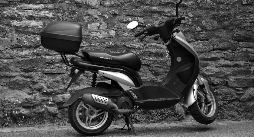 Bezpieczeństwo, Jazda skuterem kasku wpływem Nieudana ucieczka mężczyzny ulicami Pragi - zdjęcie, fotografia