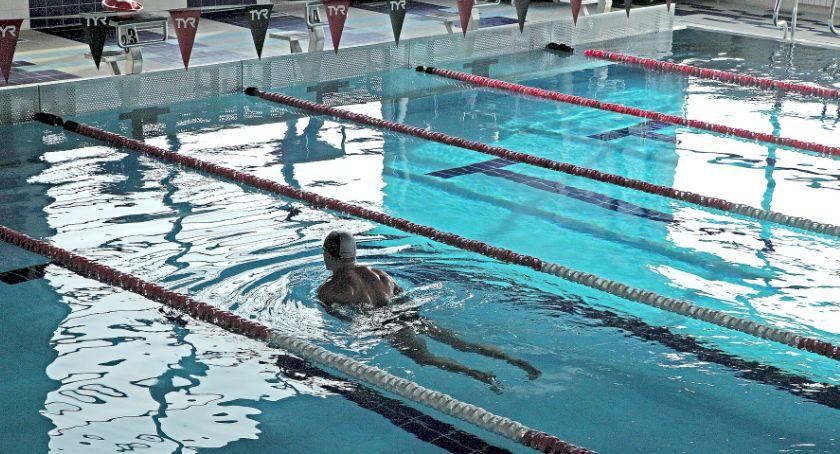 """Urząd dzielnicy, """"Pływaj Pradze Północ"""" bezpłatne pływanie basenie Kawęczyńskiej - zdjęcie, fotografia"""