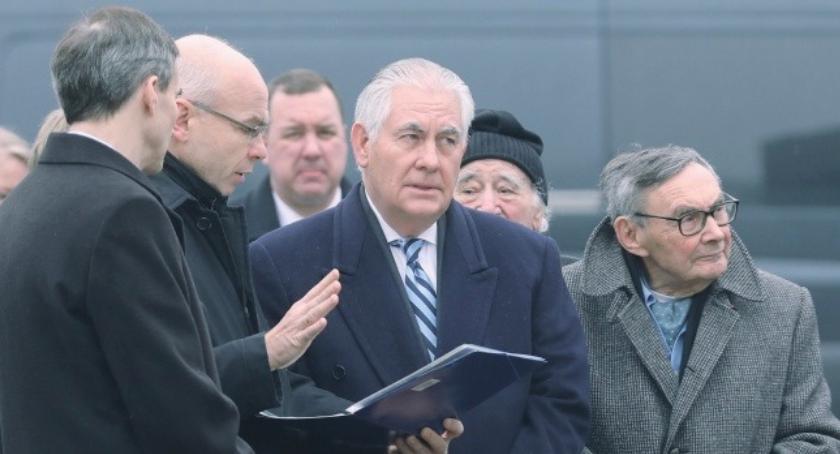 Rex Tillerson przy ponmniku Powstania Warszawskiego w 73. rocznicę wyzwolenia Auschwitz-Birkenau