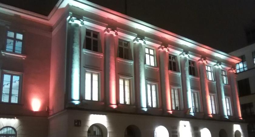 Historia, Urząd Dzielnicy Śródmieście biało czerwonych barwach - zdjęcie, fotografia
