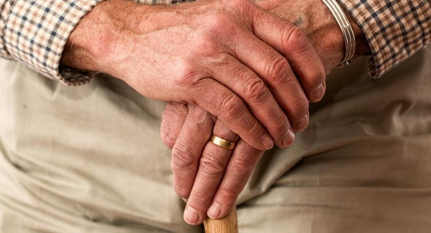 Bezpieczeństwo, Senior drodze - zdjęcie, fotografia