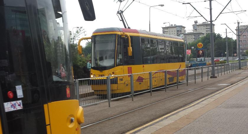 Komunikacja, linie tramwajowe przechodzące przez środek Ursynowa - zdjęcie, fotografia