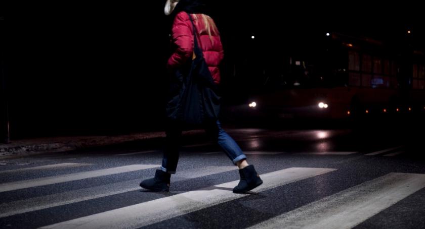 Bezpieczeństwo, doświetli Wawrze przejść pieszych - zdjęcie, fotografia