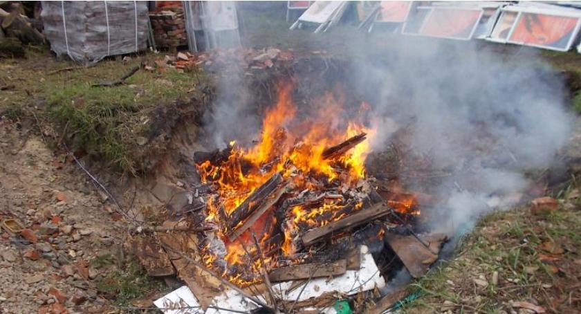 Bezpieczeństwo, Znów śmieci palone posesji razem Bysławskiej - zdjęcie, fotografia