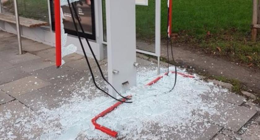 Bezpieczeństwo, Zdemolowano przystanek autobusowy Leszno - zdjęcie, fotografia