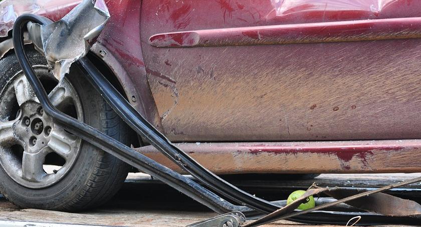 Wypadki, Mercedes uderzył latarnię Wolskiej - zdjęcie, fotografia