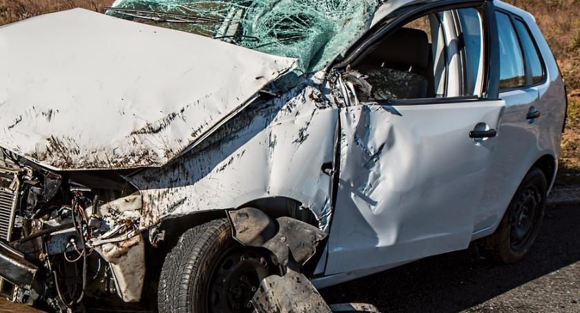 Wypadki, Samochód wjechał autobus osoby ranne - zdjęcie, fotografia