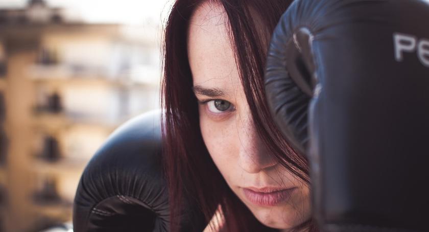 Pobicia, Damski bokser rękach policji - zdjęcie, fotografia