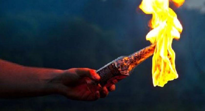 Bezpieczeństwo, mieszkanie Ukraińców Wrzucono podpaloną butelkę benzyną - zdjęcie, fotografia