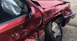 Pijny kierowca wjechał w znak na parkingu