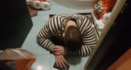 Ukrywał się pod podłogą w łazience
