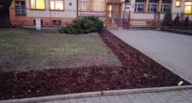 Uporządkowano teren przed szkołą.