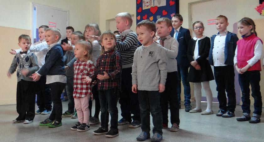 Oświata, Dzień Babci Dziadka szkole Nowym Radzikowie - zdjęcie, fotografia