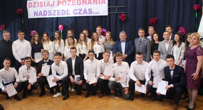 Oświata, Pożegnanie absolwentów - zdjęcie, fotografia