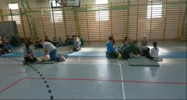 Bicie rekordu Guinnessa w jednoczesnym prowadzeniu resuscytacji w Szkole Podstawowej w Wyszogrodzie