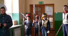 Pokaz historyczny w Szkole Podstawowej w Rębowie