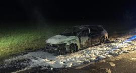 Pożar samochodu na drodze nr 50