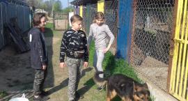 Wizyta w schronisku wolontariuszy ze Szkoły Podstawowej w Rębowie