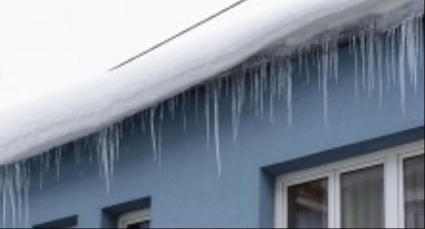 Społeczność, Obowiązek usuwania śniegu nawisów lodowych dachu - zdjęcie, fotografia