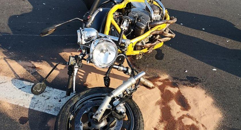 Na sygnale, Zderzenia samochodu osobowego motocyklem - zdjęcie, fotografia