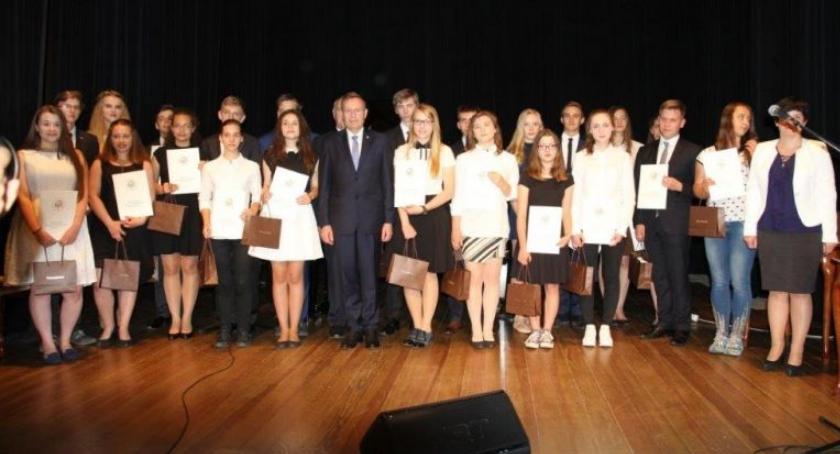 Komunikaty, Najlepsi uczniowie szkół gimnazjalnych nagrodzeni przez Prezydenta miasta - zdjęcie, fotografia