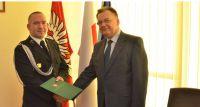 Robert Obraniak z OSP Żyrardów z nagrodą Marszałka