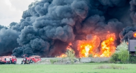 Ogromny pożar hali produkcyjnej w Młodzieszynie