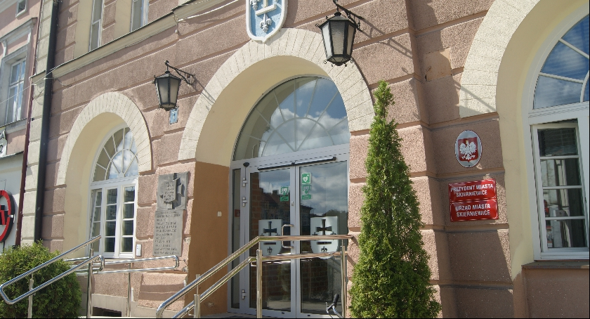 Zdjęcie przedstawia wejście do urzędu miasta w Skierniewicach, przed którym przykuty był Żyrardowianin.