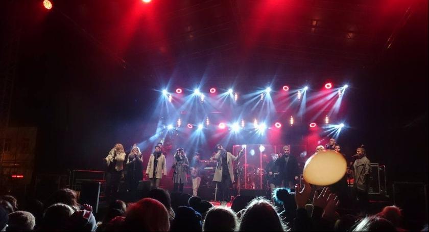 Zdjęcie przedstawia występ zespołu SoundnGrace, który uświetnił 560-lecie Skierniewic.