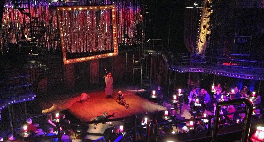 Zdjęcie przedstawia występ kabaretu. Żeby obejrzeć podobne widowisko zapraszamy na Festiwal Twórczości Kabaretowej Fetka 2017.