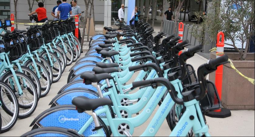 Zdjęcie przedstawia stację wypożyczania rowerów miejskich. Podobne punkty mają pojawić się w naszym mieście dzięki wsparciu UE.