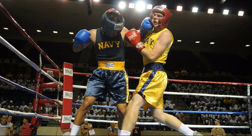 Zdjęcie przedstawia walkę bokserską. Podobnych emocji będziemy mogli doświadczyć podczas jesiennej gali boksu zawodowego.