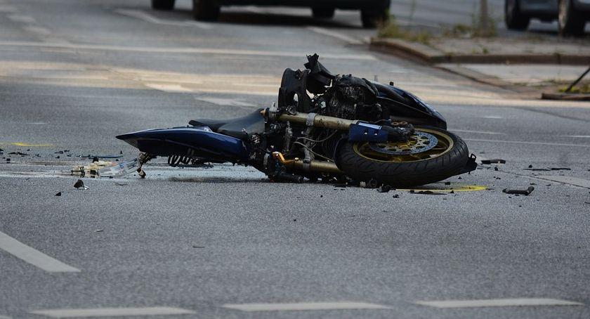 Pożary i wypadki, Zderzenie samochodu osobowego motocyklem Łowickiej - zdjęcie, fotografia
