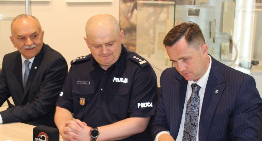Inwestycje, radiowozy skierniewickiej policji - zdjęcie, fotografia
