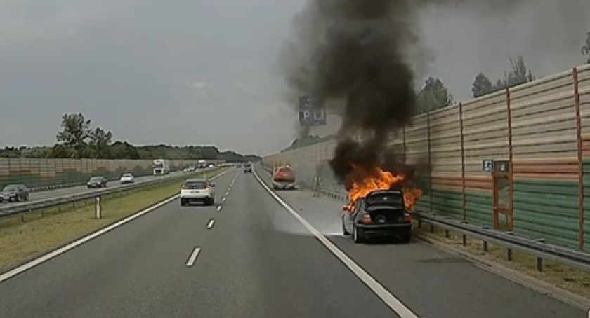 Pożary i wypadki, Płonący samochód autostrady - zdjęcie, fotografia