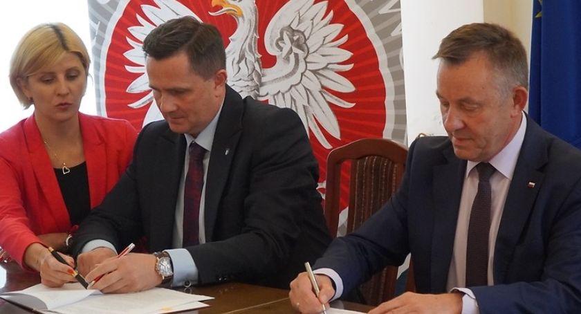 Inwestycje, Umowa dofinansowanie modernizacji Rawskiej podpisana - zdjęcie, fotografia