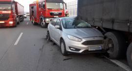 S8 koło Skierniewic: Focus wbił się w naczepę...